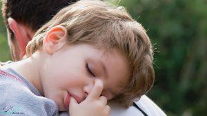 مکیدن انگشت شست چه تاثیری بر دندان های کودکان میگذارد؟